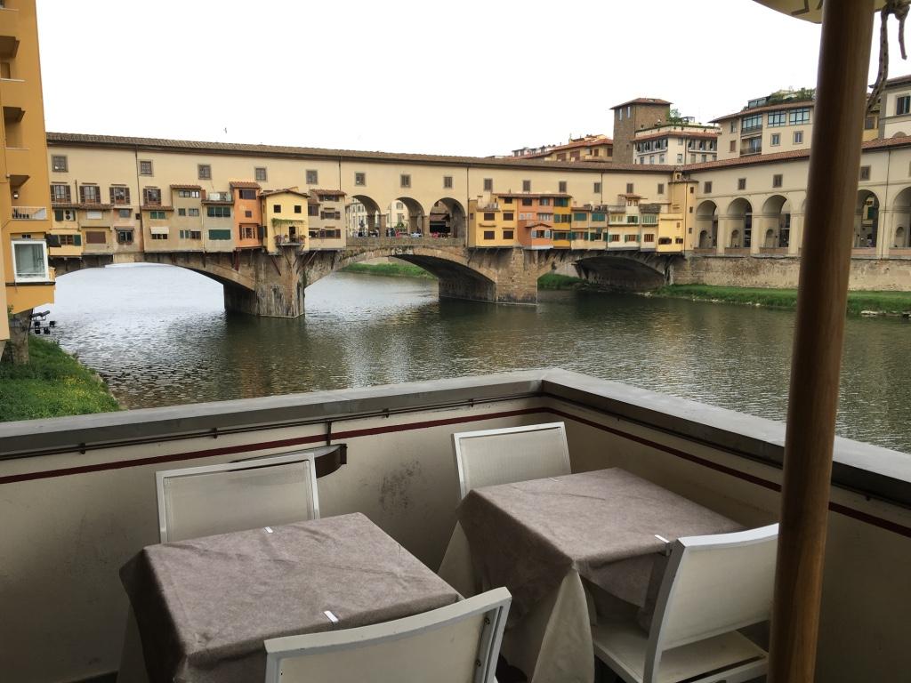 川べりにあるレストランのテラス席