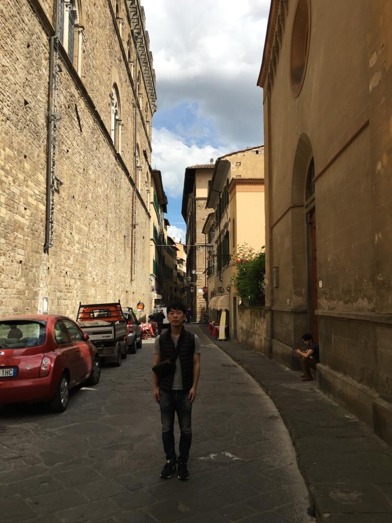 イタリアの市街地に立つ